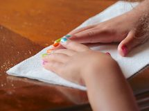 Kind mit den gemalten Fingernägeln Stockfoto