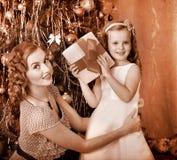 Kind mit der Mutter, die Geschenke empfängt Stockfotografie