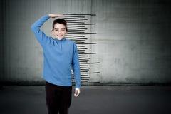 Kind mit der Skala Stockfotos