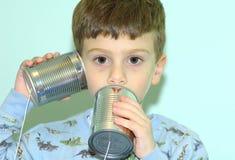 Kind mit Dosen-Telefon lizenzfreie stockfotografie