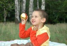 Kind mit einem Apfel Stockfoto
