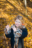 Kind mit einem Baumzweig. Lizenzfreie Stockbilder