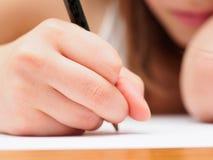 Kind mit einem Bleistift stockfotos