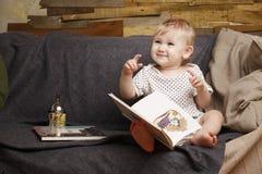 Kind mit einem Buch Stockfoto