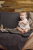 Kind mit einem Buch Stockfotos