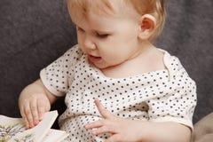 Kind mit einem Buch Stockbild