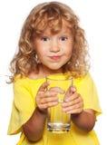 Kind mit einem Glas Wasser Stockfoto