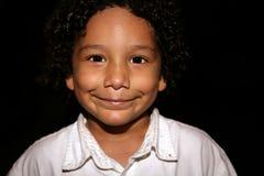 Kind mit einem Grinsen stockfoto