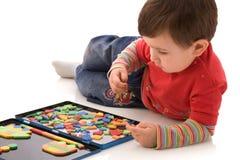 Kind mit einem magnetischen Puzzlespiel Stockbilder