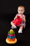 Kind mit einem Spielzeug lizenzfreie stockbilder