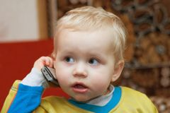 Kind mit einem Telefon Lizenzfreie Stockfotos