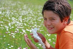 Kind mit einer Allergie zum Blütenstaub während Niesen mitten in Th Stockbilder
