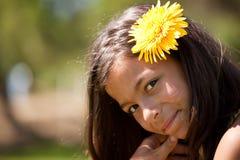 Kind mit einer Blume im Kopf Stockfoto