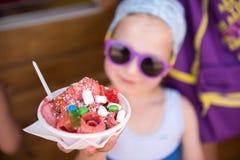 Kind mit einer Eiscreme Lizenzfreie Stockbilder
