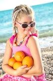 Kind mit einer Orange Lizenzfreies Stockfoto