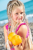Kind mit einer Orange Stockbild