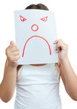 Kind mit einer Papierschablone mit einem verärgerten Gesicht Stockfotografie