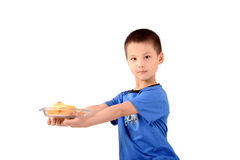Kind mit einer Platte von Chips Stockbilder