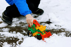 Kind mit einer Spielzeugplanierraupe Lizenzfreie Stockbilder