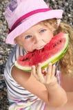 Kind mit einer Wassermelone stockfotografie