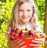 Kind mit Erdbeere Lizenzfreies Stockbild