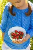 Kind mit Erdbeeren Lizenzfreies Stockfoto