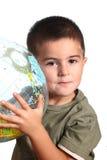 Kind mit Erdekugel Stockbilder