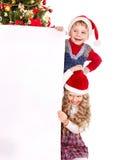 Kind mit Fahne nahe Weihnachtsbaum. Stockbilder
