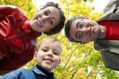 Kind mit Familie von unten Lizenzfreie Stockbilder