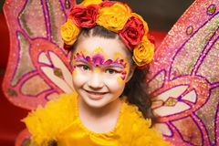 Kind mit feenhaften Flügeln im gelben Hemd Lizenzfreies Stockfoto