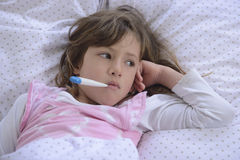 Kind mit Fieber im Bett Lizenzfreies Stockfoto