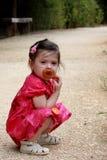 Kind mit Friedensstifter stockfotos