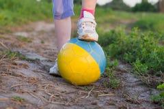 Kind mit Fußball lizenzfreie stockfotografie