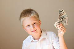 Kind mit Geld (Dollar) Stockfotos