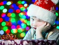 Kind mit Geschenk Stockfotografie