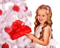 Kind mit Geschenkkasten nahe weißem Weihnachtsbaum Lizenzfreies Stockbild