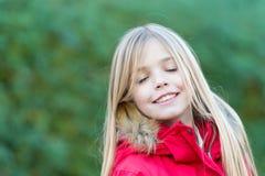 Kind mit geschlossenen Augen genießen idyllischen Herbsttag Stockfotos