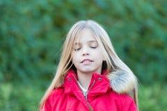 Kind mit geschlossenen Augen genießen idyllischen Herbsttag Stockfoto