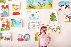 Kind mit Gesichtsanstrich im Spielraum. Stockfoto