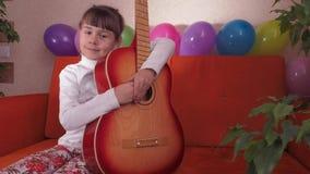 Kind mit Gitarre stock footage