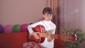 Kind mit Gitarre stock video footage