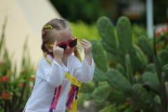 Kind mit Gläsern stockbild