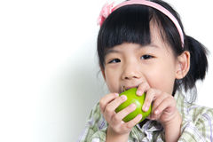 Kind mit grünem Apfel Lizenzfreies Stockfoto