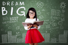 Kind mit großem Traumtext in der Klasse Stockbilder