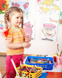 Kind mit Gruppe des Farbenbleistifts im Spielraum. Lizenzfreie Stockbilder