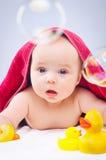 Kind mit Gummiente Lizenzfreies Stockfoto