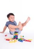 Kind mit hölzernem Block Lizenzfreies Stockbild