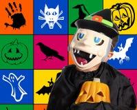Kind mit Halloween-Schablone und Kürbis Stockbilder
