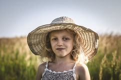 Kind mit Hut auf dem Gebiet Stockfoto