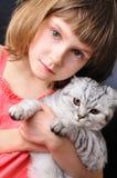 Kind mit ihrer Haustierkatze Lizenzfreie Stockfotos
